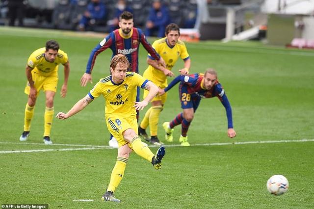 Hòa thất vọng, Barcelona hụt hơi trong cuộc đua với Atletico và Real Madrid - 8