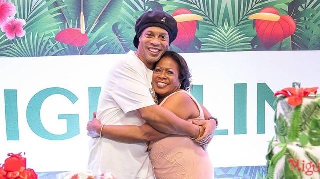 Mẹ của Ronaldinho qua đời sau khi nhiễm Covid-19 - 1
