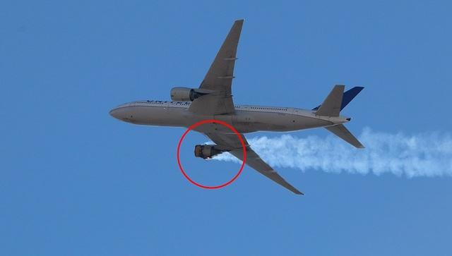 Kinh hoàng động cơ máy bay Mỹ phát nổ, cháy ngùn ngụt giữa không trung - 1