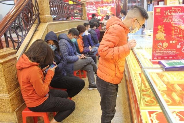 Người dân xếp hàng mua vàng Thần Tài cầu may, giá vàng tăng - 1