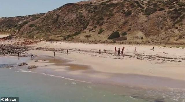 Giật mình tìm thấy khúc xương người ở bãi biển khỏa thân - 2