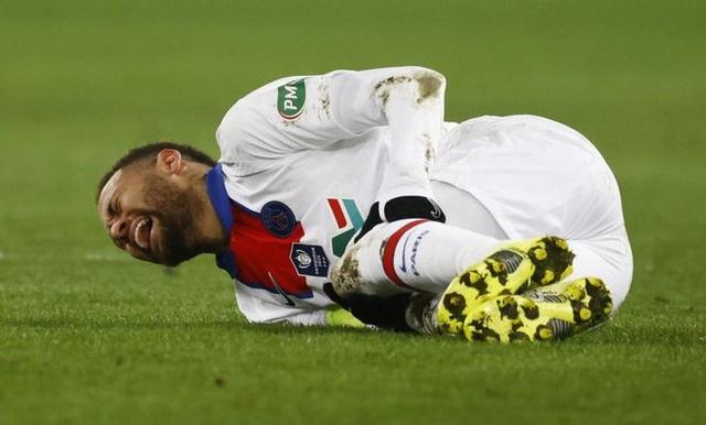 Đang dưỡng thương, Neymar bị chỉ trích vì tán tỉnh bạn gái đồng nghiệp - 1