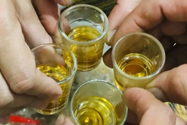 Đủ trò ép nhau nâng ly trên bàn nhậu - 2