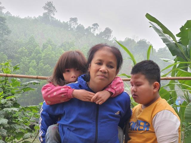 Nhói lòng cảnh 2 đứa trẻ teo não nương nhờ bà nội chăm sóc - 4