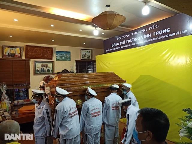 Di quan ông Trương Vĩnh Trọng đến hội trường UBND tỉnh để tổ chức tang lễ - 2