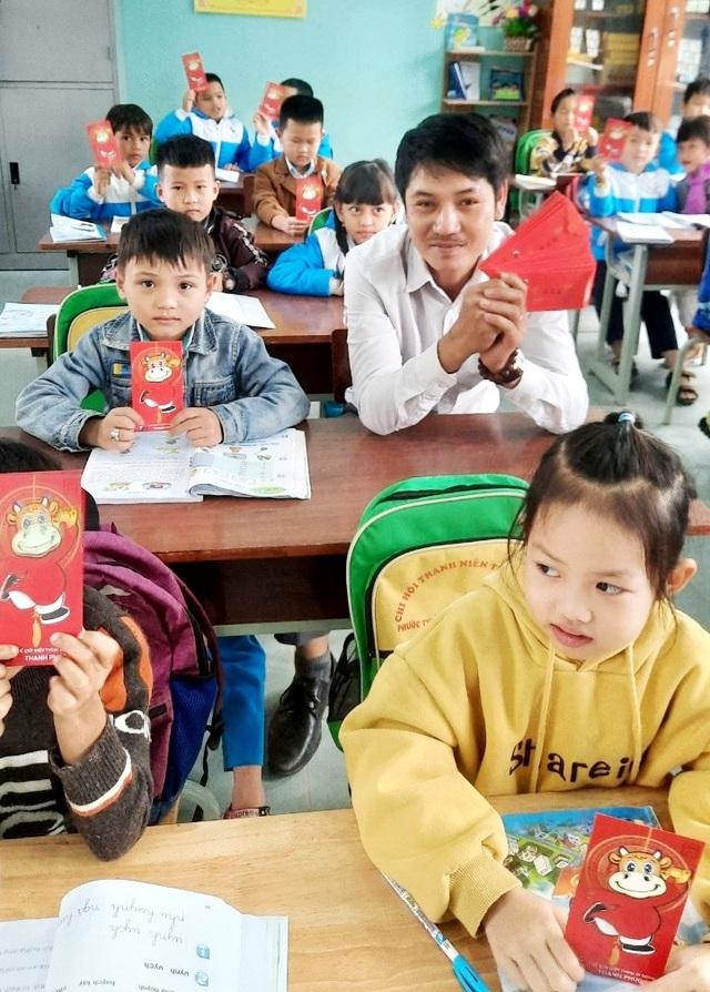 Hơn 4.300 học sinh Nam Trà My được thầy giáo lì xì ngày đầu đến trường - 1
