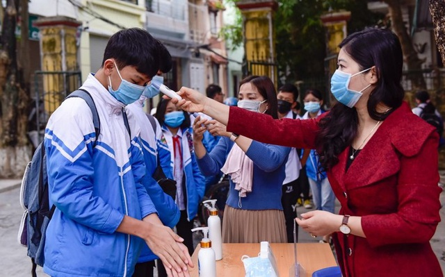 Nhiều tỉnh tăng cường phòng dịch ngày đầu tiên học sinh trở lại trường - 1