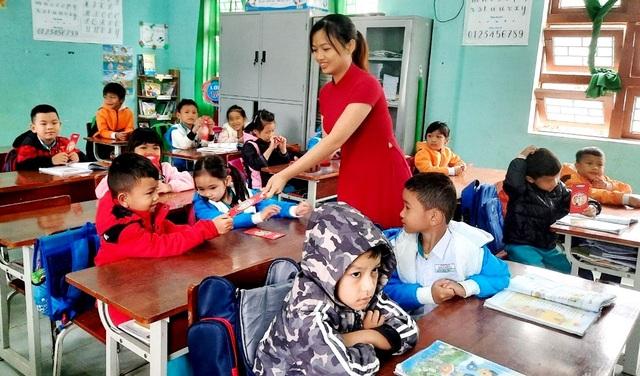 Hơn 4.300 học sinh Nam Trà My được thầy giáo lì xì ngày đầu đến trường - 2