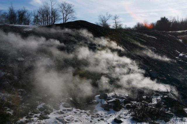 Cuộc sống khó tin ở thị trấn ma bốc cháy âm ỉ suốt 60 năm - 3