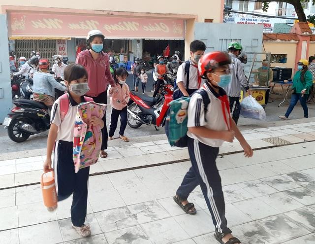 Nhiều tỉnh tăng cường phòng dịch ngày đầu tiên học sinh trở lại trường - 8