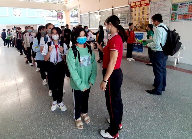 Nhiều tỉnh tăng cường phòng dịch ngày đầu tiên học sinh trở lại trường - 7