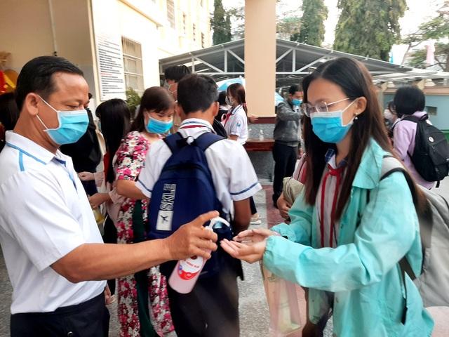 Nhiều tỉnh tăng cường phòng dịch ngày đầu tiên học sinh trở lại trường - 6