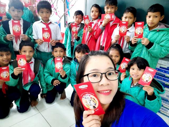 Hơn 4.300 học sinh Nam Trà My được thầy giáo lì xì ngày đầu đến trường - 3