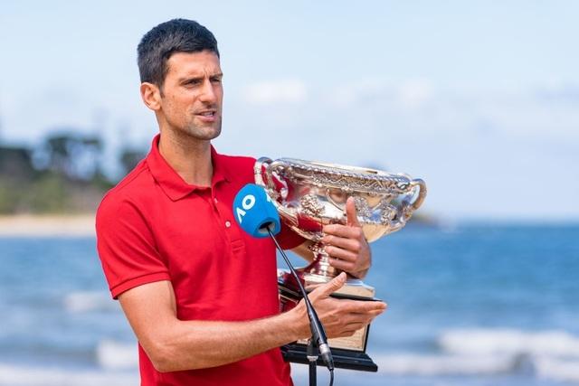 Djokovic khoe cúp Norman Brookes trên bãi biển Melbourne - 14