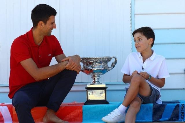 Djokovic khoe cúp Norman Brookes trên bãi biển Melbourne - 13
