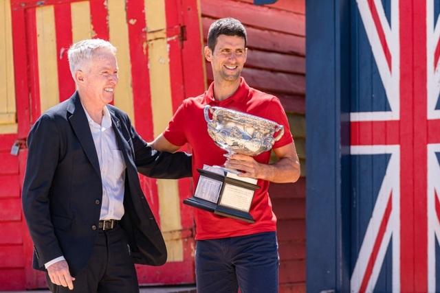 Djokovic khoe cúp Norman Brookes trên bãi biển Melbourne - 11