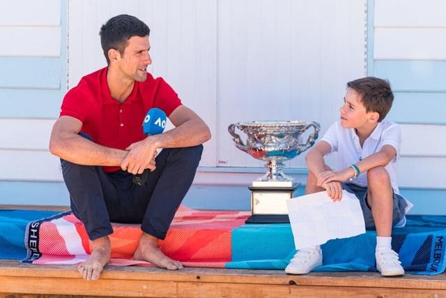 Djokovic khoe cúp Norman Brookes trên bãi biển Melbourne - 12
