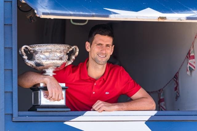 Djokovic khoe cúp Norman Brookes trên bãi biển Melbourne - 10
