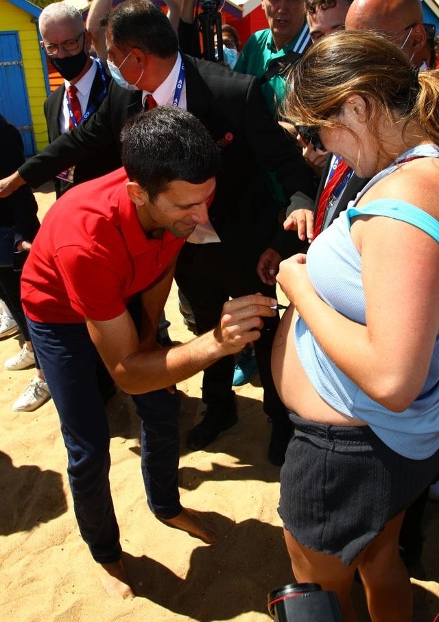 Djokovic khoe cúp Norman Brookes trên bãi biển Melbourne - 3