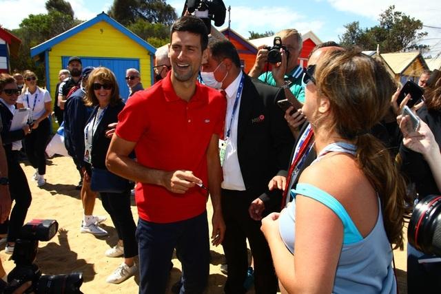 Djokovic khoe cúp Norman Brookes trên bãi biển Melbourne - 4