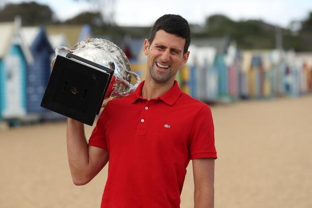 Djokovic khoe cúp Norman Brookes trên bãi biển Melbourne - 7