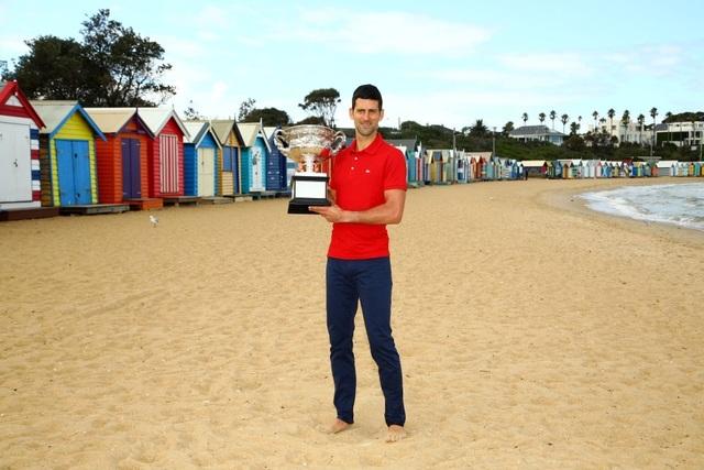 Djokovic khoe cúp Norman Brookes trên bãi biển Melbourne - 8