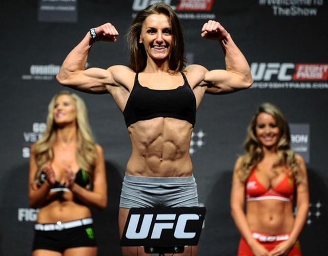 """Nc247info tổng hợp: Ông trùm UFC bất ngờ """"đuổi"""" nữ võ sĩ xinh đẹp"""