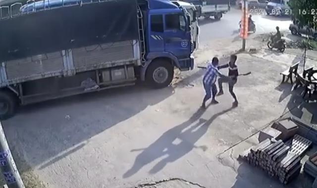 Giành đường để chạy trước, 2 tài xế xe tải vác dao đuổi chém nhau  - 1