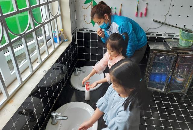 Nhiều tỉnh tăng cường phòng dịch ngày đầu tiên học sinh trở lại trường - 3