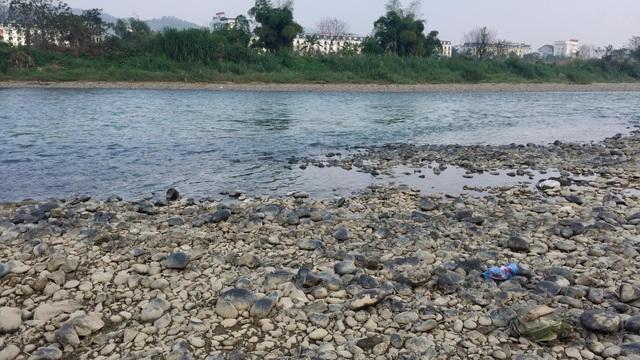 Nước sông Hồng bất ngờ đổi màu trong xanh như ngọc - 1