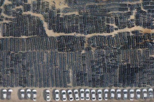 Choáng ngợp nghĩa trang xe điện hơn 50 nghìn chiếc phủ bụi giữa thành phố - 1