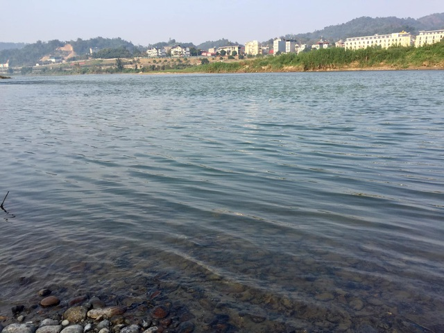 Nước sông Hồng bất ngờ đổi màu trong xanh như ngọc - 7