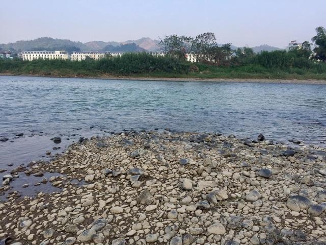 Nước sông Hồng bất ngờ đổi màu trong xanh như ngọc - 4
