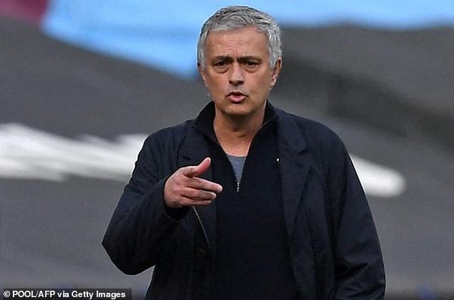 HLV Mourinho trước nguy cơ bị sa thải: Bầu trời sụp đổ... - 1