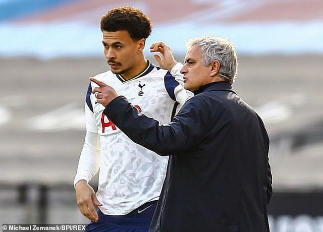 HLV Mourinho trước nguy cơ bị sa thải: Bầu trời sụp đổ... - 3