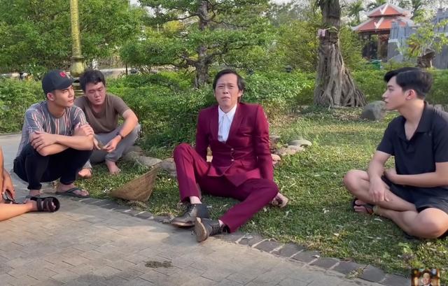 Bị chê bai ăn mặc tuềnh toàng quay clip, Hoài Linh diện vest đi nhổ cỏ - 2