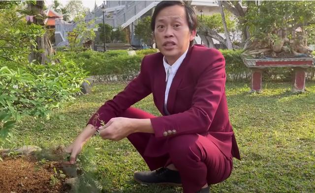 Bị chê bai ăn mặc tuềnh toàng quay clip, Hoài Linh diện vest đi nhổ cỏ - 1
