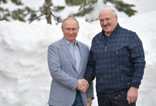 Video ông Putin trượt tuyết, lái mô tô cùng Tổng thống Belarus - 2