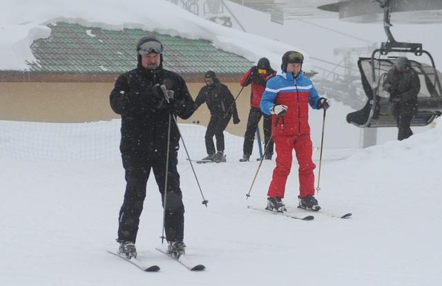 Video ông Putin trượt tuyết, lái mô tô cùng Tổng thống Belarus - 5