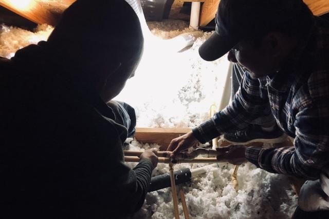 Người Việt giải cứu ống nước bị bể do bão tuyết cho cư dân Houston, Texas - 5