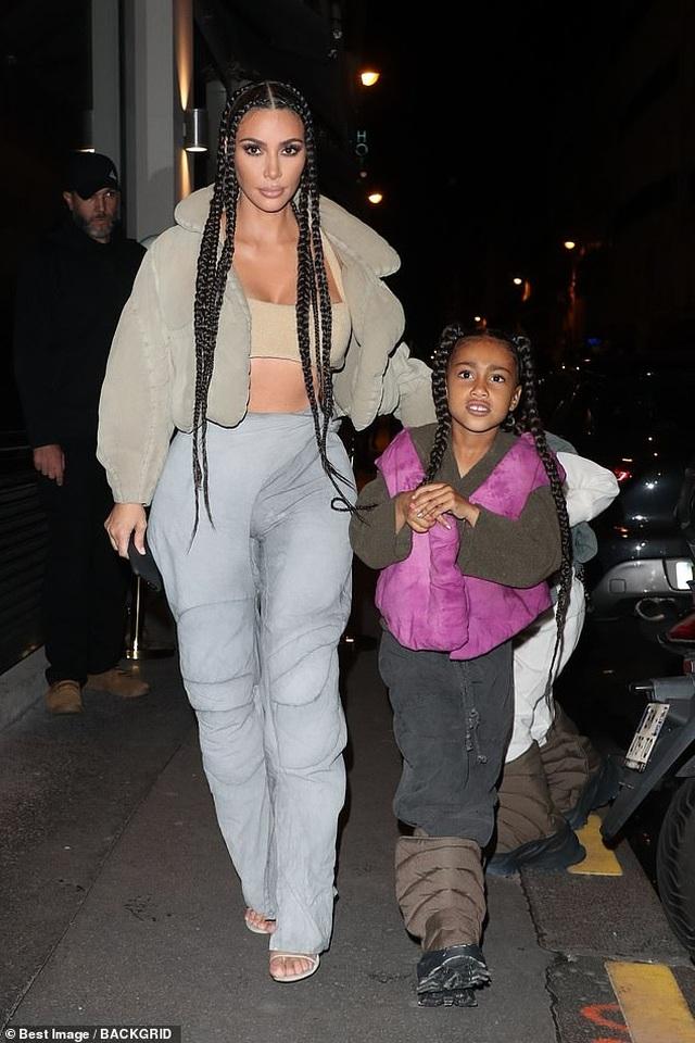 Kim Kardashian bị chỉ trích khi khoe tranh con vẽ - 2
