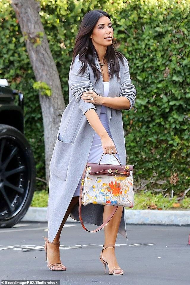 Kim Kardashian bị chỉ trích khi khoe tranh con vẽ - 4