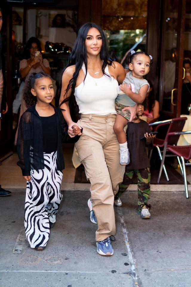 Kim Kardashian bị chỉ trích khi khoe tranh con vẽ - 5