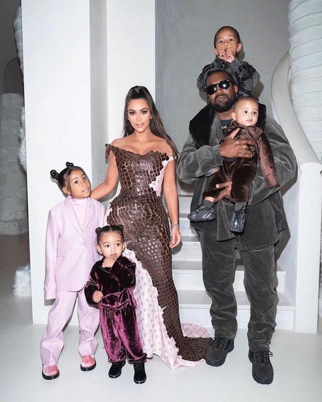 Kim Kardashian bị chỉ trích khi khoe tranh con vẽ - 8