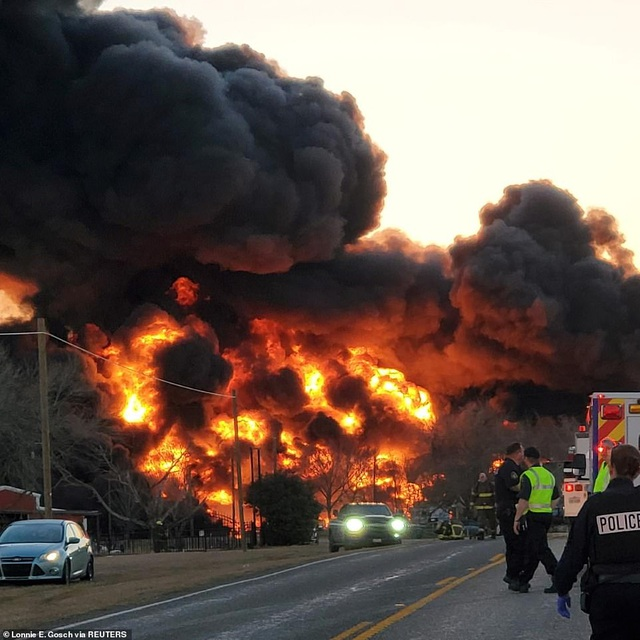 Video tàu chở dầu Mỹ 110 toa va chạm xe tải, phát nổ như cầu lửa - 1