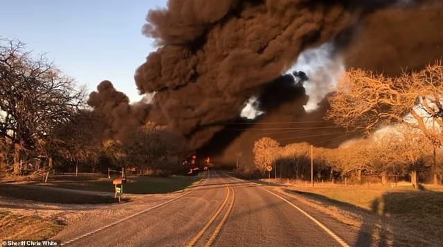 Video tàu chở dầu Mỹ 110 toa va chạm xe tải, phát nổ như cầu lửa - 3