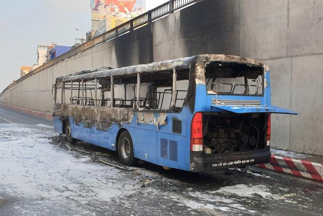 Xe buýt cháy ngùn ngụt ở hầm chui An Sương - 3