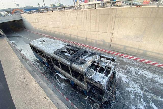 Xe buýt cháy ngùn ngụt ở hầm chui An Sương - 2