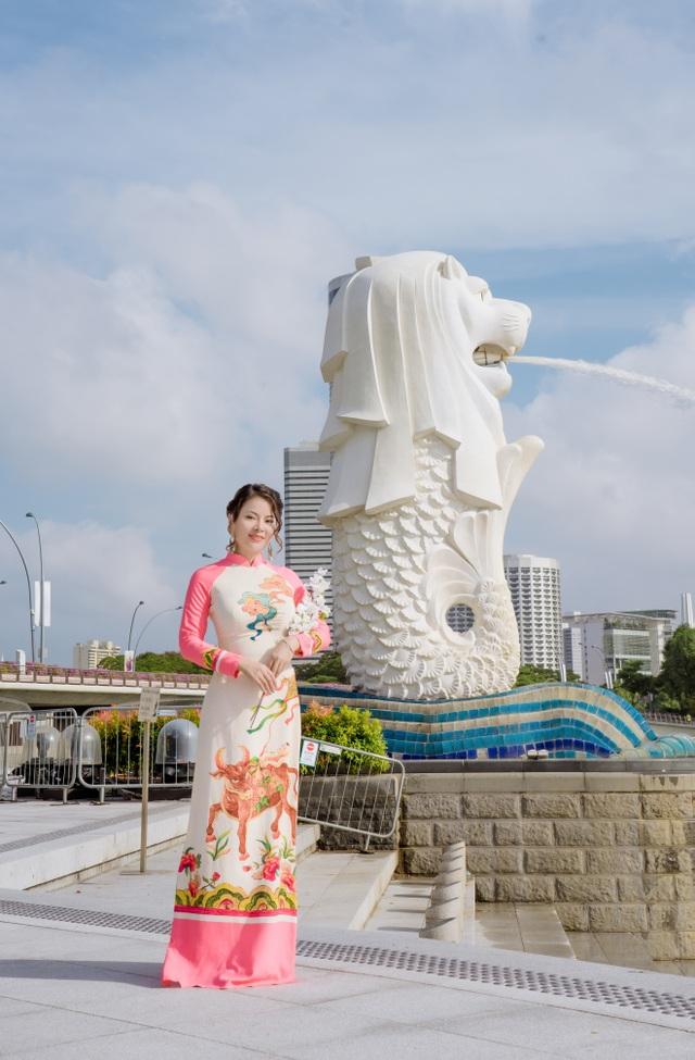 Cô giáo người Việt mặc áo dài trên phố Singapore - 1