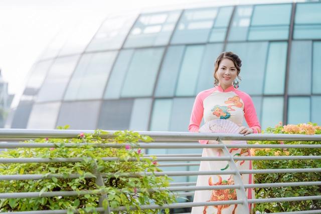 Cô giáo người Việt mặc áo dài trên phố Singapore - 6